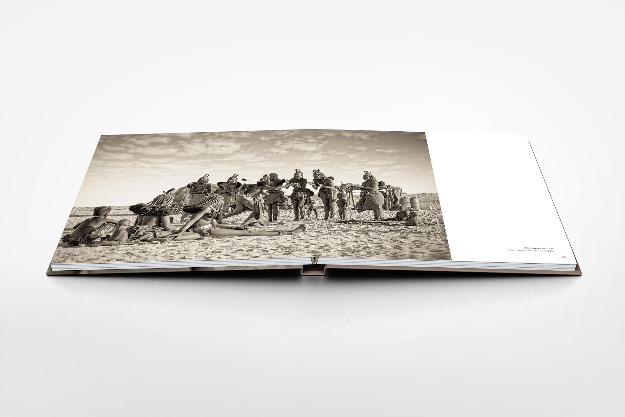 Square-PhotoBook-Mock-up-Seite-32-33