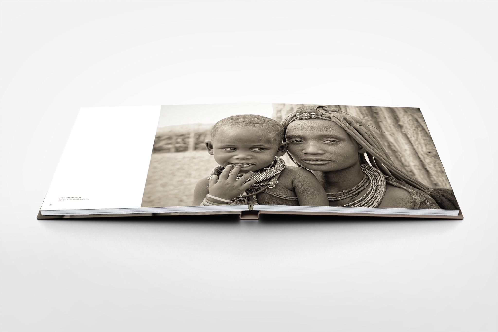 Square-PhotoBook-Mock-up-Seite-36-37